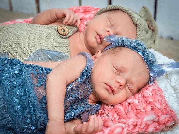 Dvaja spiaci súrodenci - dvojčatá