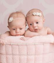 Novorodenci - dvojčatá v košíku
