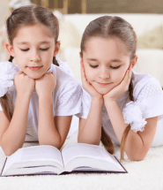 Dvojčatá si doma čítajú knihu