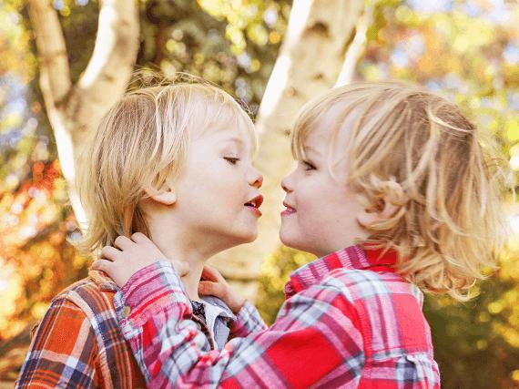 Dvojčatá sa objímajú