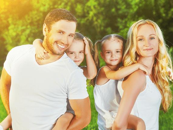 Rodinka s deťmi na letnom výlete
