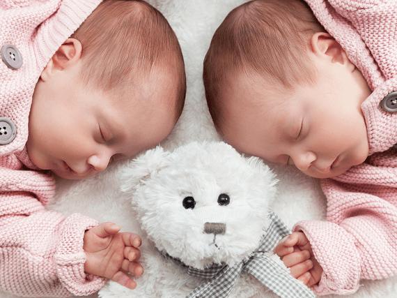Dvojčatá novorodenci spia vedľa seba